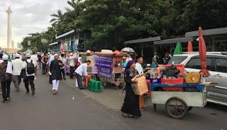 Sebarkan !! Subhanallah PKL Di Monas Rela Gratiskan Dagangan untuk Peserta Aksi 212 - Commando