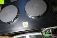 oben: Andrew James – 23 Liter Mini Ofen und Grill mit 2 Kochplatten in Schwarz – 2900 Watt – 2 Jahre Garantie