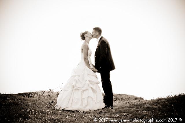 portrait mariés dans les dune bisous