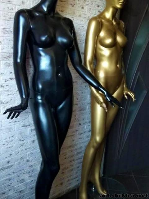 Два манекена: черный и золотой