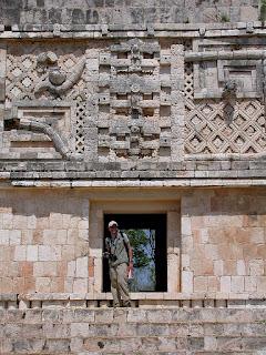 Détails de la façade ouest. Un style Puuc éclatant