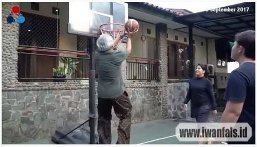 lapangan basket di rumah Iwan Fals
