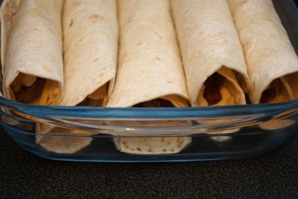 Szybka przekąska na kolację - tortille z serem i kabanosem lub wędliną i sosem chrzanowym