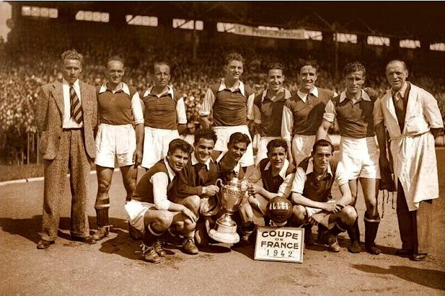 RED STAR OLYMPIQUE. Temporada 1941-42. RED STAR OLYMPIQUE 2 (Henri Joncourt, Aston) SÈTE F. C. 0. 17/05/1942. Copa de Francia, final. París, Francia, estadio Olímpico Yves-du-Manoir, Colombes.  El RED STAR FOOTBALL CLUB 93 es un club de fútbol francés con sede en Saint-Ouen, al norte de París. Éste es el equipo que, con el nombre entonces de RED STAR OLYMPIQUE, se proclamó Campeón de la Copa de Francia por 5ª vez en su historia. El 3º por la derecha, de pie, es el luego mítico entrenador Helenio Herrera
