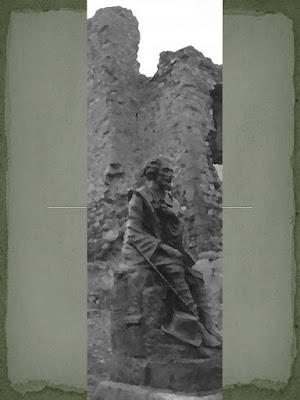 Bécquer sentado junto al castillo de Trasmoz
