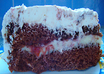 Bolo de chocolate com recheio de creme e geleia de morango