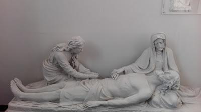 Beeld uit kerk van Jezus die van het kruis is gehaald, met twee vrouwen.