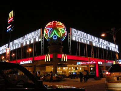 Tempat Menarik di Melaka Malam Dataran Pahlawan Megamall