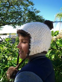 menino vestindo gorro de lã de ovelha