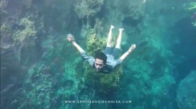 Menyelam dan menikmati indahnya air di Goa Halo Tabung