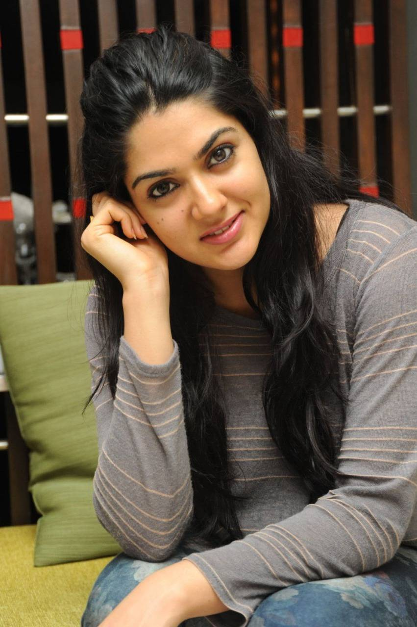 Sakshi Chaudhary Long Hair In Black T shirt Blue Pant