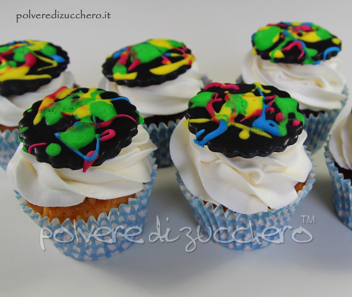Torta e cupcakes fluo torta decorata con gli schizzi o for Decorazione torte e cupcake