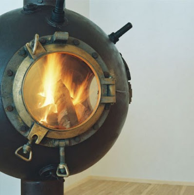 Muebles inusual con casco  de bomba