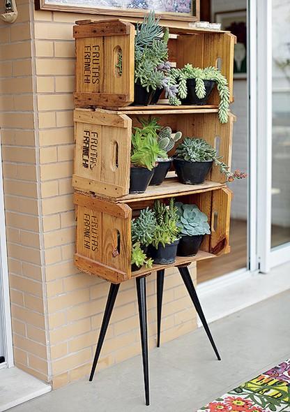reutilizar caixotes de madeira estante plantas varanda
