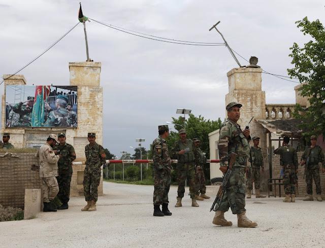 Talibãs deixam mais de 100 mortos ou feridos em base militar no Afeganistão
