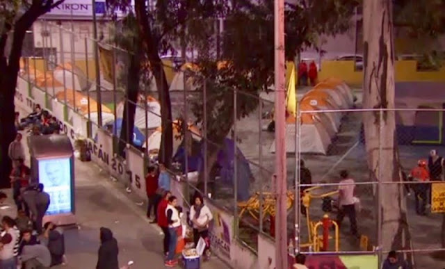 Casero exige pago de renta a inquilinos desalojados de edificio en peligro de colapsar.
