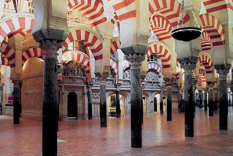 Durante a invasão islâmica, os muçulmanos profanaram a catedral para usá-la como mesquita e multiplicaram os arcos meio-orientais
