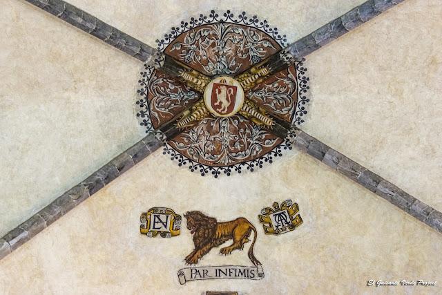 Escudo y Anagrama en clave de bóveda, Catedral de Santa María en Saint Bertrand de Comminges por El Guisante Verde Project
