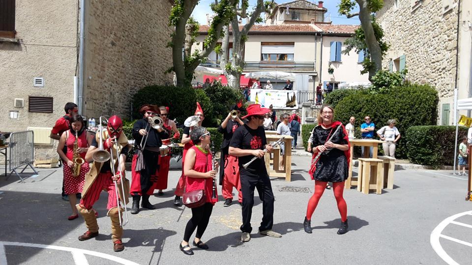 Fanfare Tahar Tag'l en concert pour la fête des vins des côteaux d'aix-en-provence à Rognes