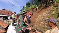 Longsor Intai 3 Rumah di Salem, Warga dan TNI-Polri Kerja Bakti
