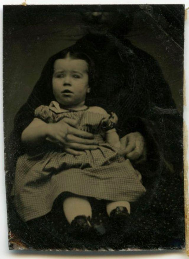 Hidden Mothers 22 Creepy Studio Portraits Of Faceless