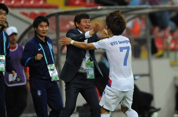 South Korea U-20 player Ryu Seung-Woo celebrates a goal against Portugal U-20 with his coach