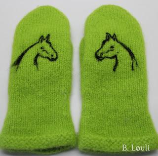 Votter med nålefiltet hest