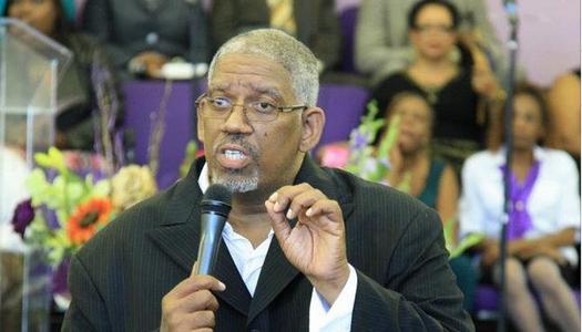 Pastor muere cantando en iglesia