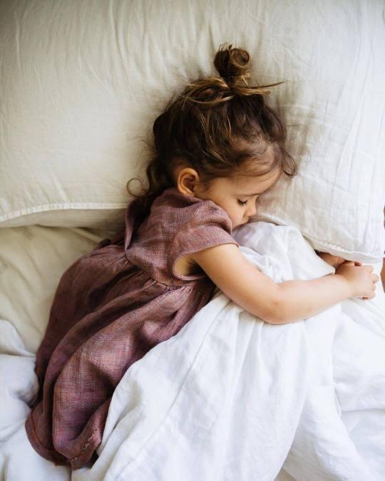 sifat orang yang suka tidur sambil peluk bantal ~ Wordless Wednesday