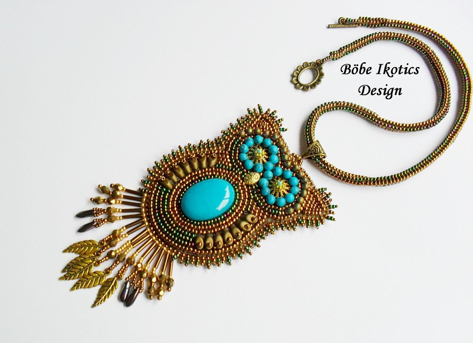 69a209e571 Japán gyöngyökből és egy kevés cseh csiszolt gyöngyből készült Uhu nyaklánc.  A nyaklánc hossza 43 cm . A medál hossza 11 cm, közepén egy türkizkék ...