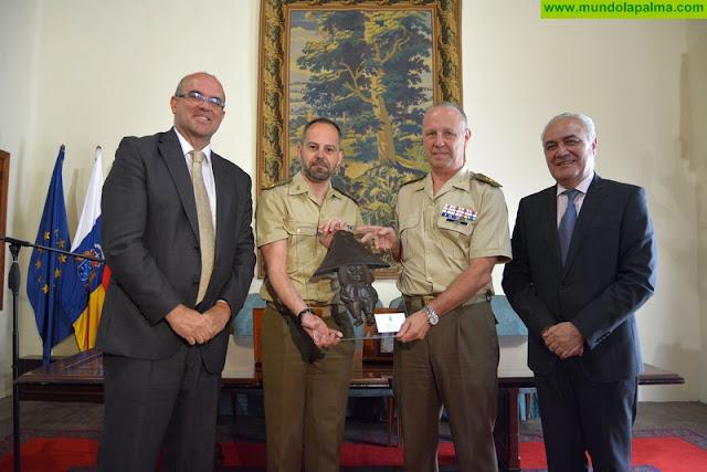 El Cabildo y la Administración del Estado reconocen la colaboración del acuartelamiento 'El Fuerte' con la isla de La Palma