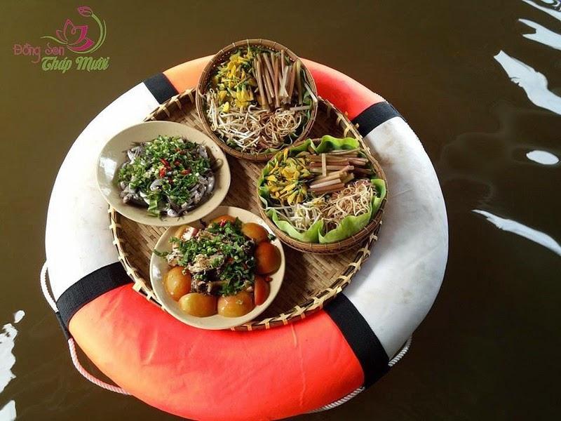 Đồng sen Tháp mười: Phục vụ thức ăn bằng phao rê