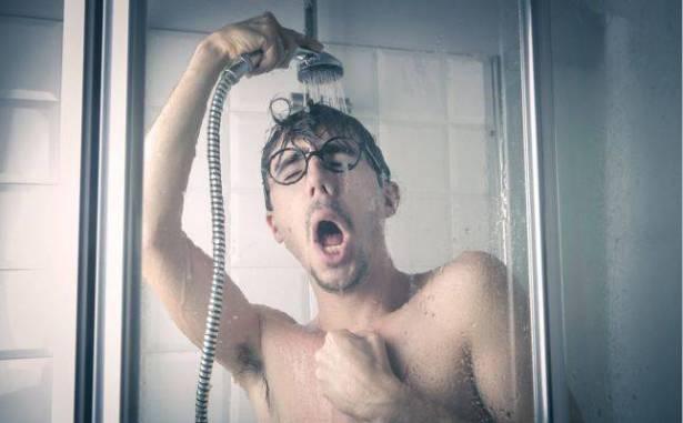 استحمّ بالماء البارد لمدّة اسبوع كامل وهذا ما حصل معه! إليكم ما حدث له ولجسمه بعد هذه التجربة..