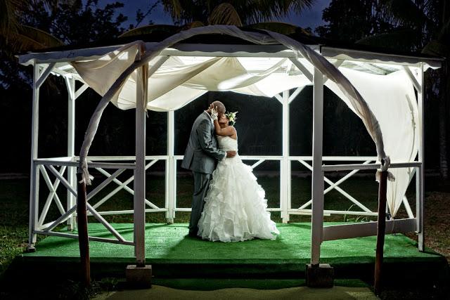 couple s'embrassent sous un carbet domaine de la rose guadeloupe