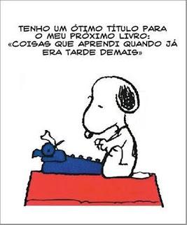 """Quadrinho do Snoopy sentado no telhado vermelhos da sua casinha. Ele olha compenetrado para uma máquina de escrever azul a sua frente. Com as patinhas próximas ao teclado e pensa: Tenho um ótimo título para o meu próximo livro: """"Coisas que aprendi quando já era tarde demais""""."""