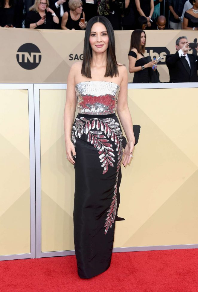 Olivia Munn wears strapless Oscar de la Renta to the 2018 SAG Awards