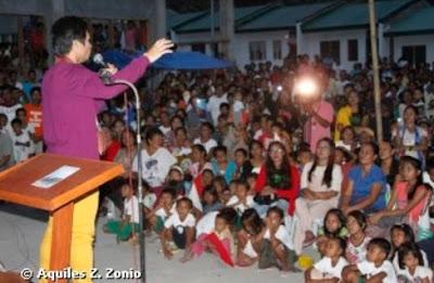 Manny Pacquiao entregando las casas a pobres