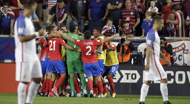 Costa Rica festeja después de derrotar como visitante a Estados Unidos en la hexagonal final de Concacaf