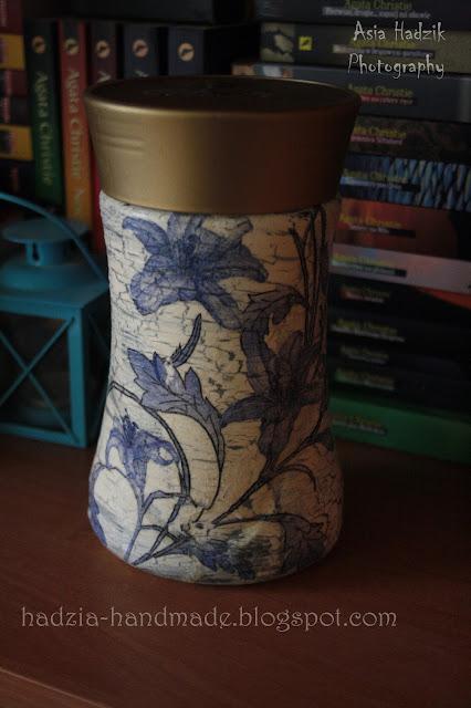 614. słoik decoupage z niebieskimi kwiatami