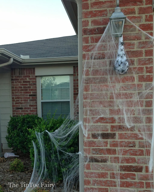 Creepy Spider Egg Sacs | The TipToe Fairy #halloweendecorations #halloweendecor #halloween #halloweendiy #halloweentutorial