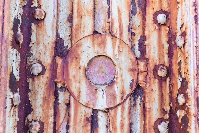 Óxido, hierro, pilar, pilar de hierro oxidado, herrumbre, pátina, desconchados