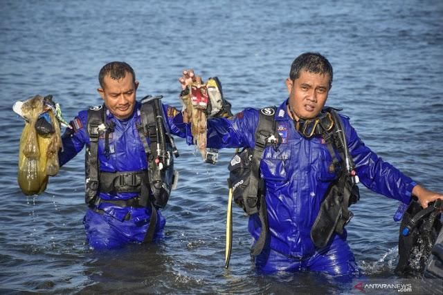 Aksi Bersih Pantai di  Tanjung Karang Mataram