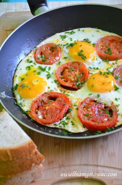 Jajka sadzone z pomidorami