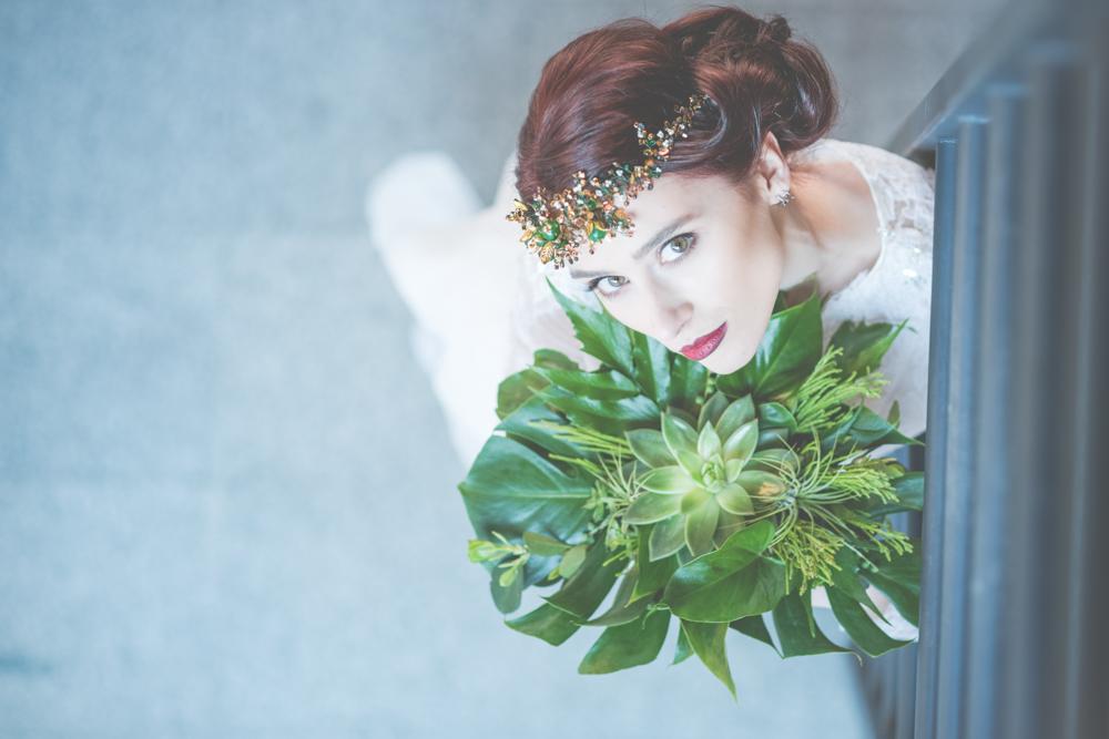 Biżuteryjny, zielono złoty wianek ślubny.
