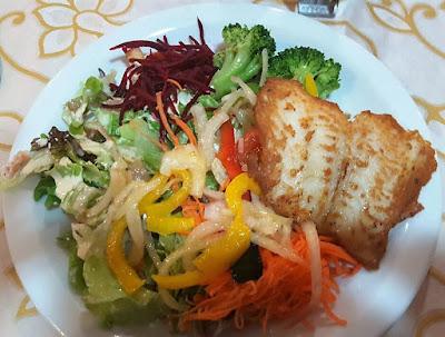 Peixe grelhado com salada