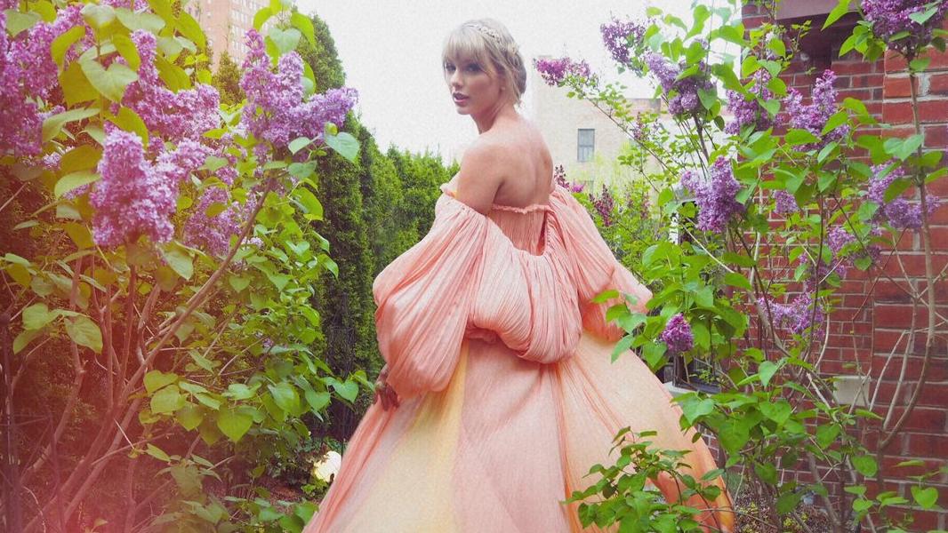 Entre teorias de fãs e fotos purpurinadas no Instagram, tentamos desvendar o que vem por aí nessa nova fase da Taylor