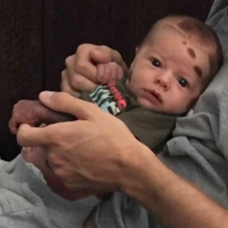 bebê-recém-nascido-maternidade-família-mancha-gestação-gravidez-amor-pai-com-bebê-no-colo