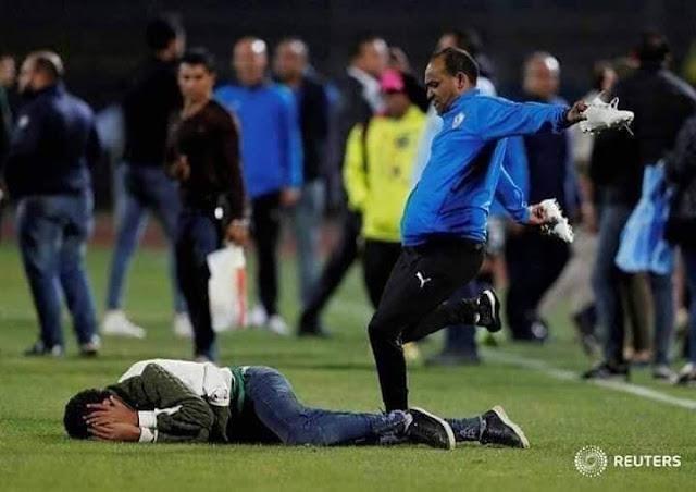 شاهد بالفيديو ... ضرب لاعبو الزمالك لمصور صحفى وحرامى الجزم بعد مباراة بيراميدز