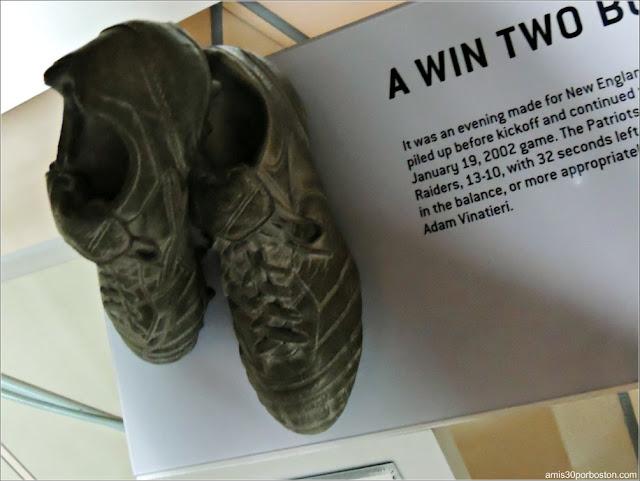 Escultura de las Botas de Adam Vinatieri