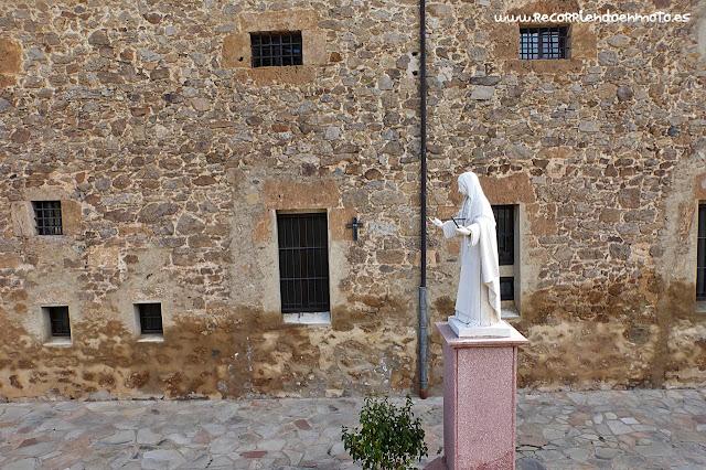 Estatua a sor Mª Jesús de Ágreda